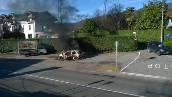 Brucia un'auto a Olginasio (inserita in galleria)
