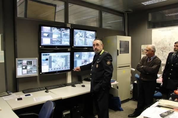 Dentro la centrale operativa della Polizia Locale (inserita in galleria)