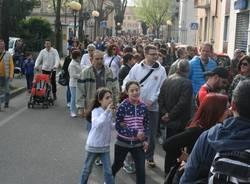 """In migliaia per la camminata """"Con lo stesso passo"""" (inserita in galleria)"""