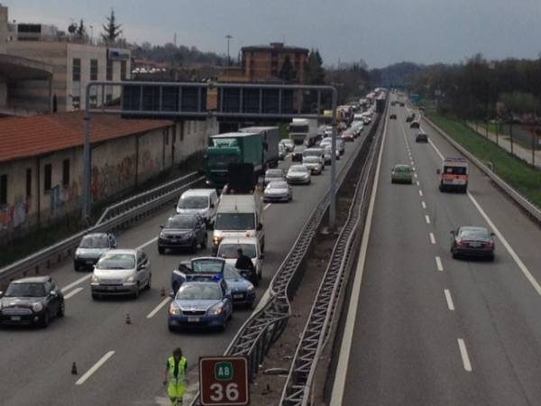 Incidente in A8, auto finisce contro il guard rail (inserita in galleria)