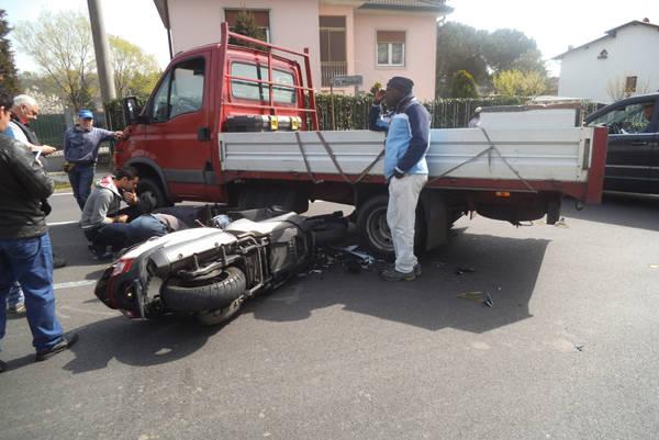 Sotto il camion con la moto (inserita in galleria)