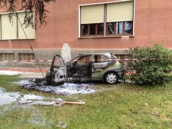 Auto in fiamme a Gemonio (inserita in galleria)