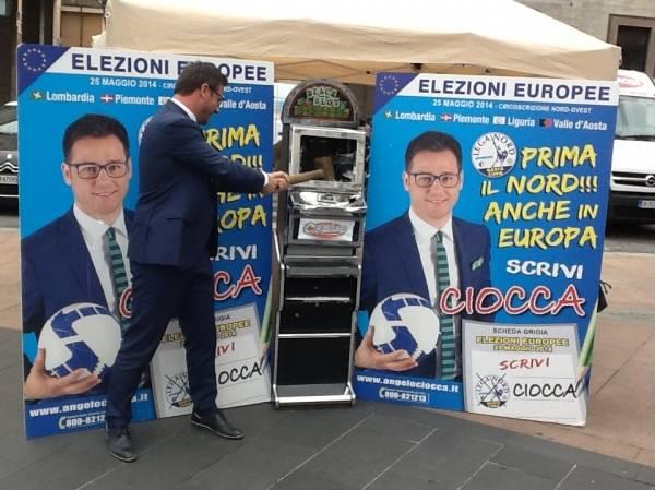 Il leghista Ciocca sfascia una slot machine (inserita in galleria)