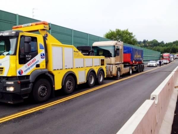 Camion bloccato all'uscita A8 di Gazzada Schianno (inserita in galleria)
