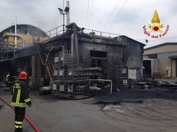 Incendio nella ditta chimica a Caronno (inserita in galleria)