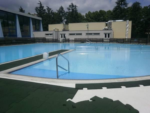 Nuova pavimentazione per la piscina di Saronno (inserita in galleria)
