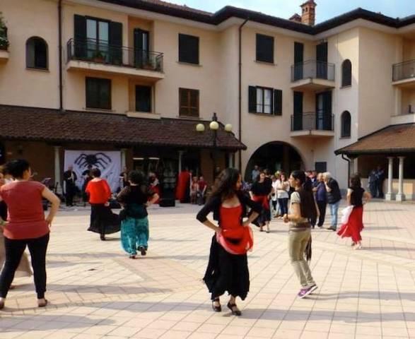Pizzica in piazza a Tradate (inserita in galleria)