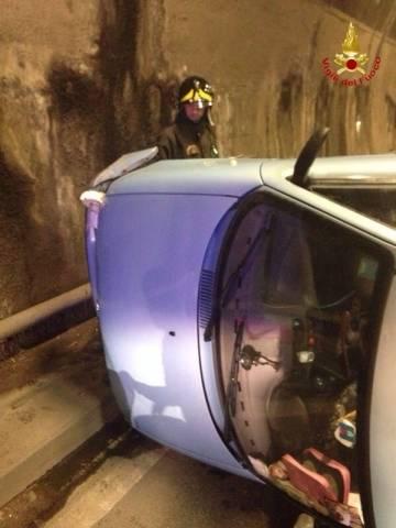 Auto ribaltata in galleria a Induno Olona (inserita in galleria)