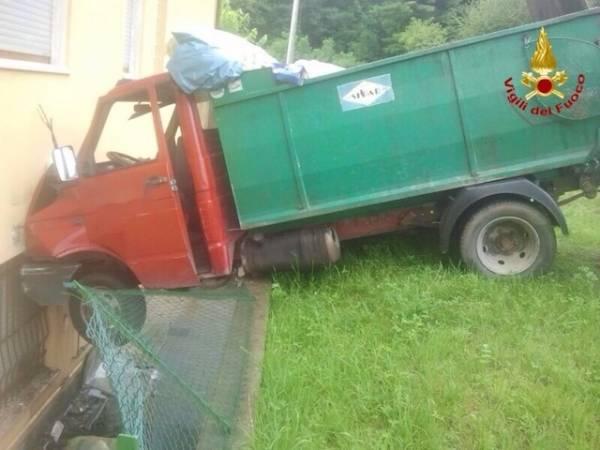 Camion dei rifiuti fuori strada (inserita in galleria)
