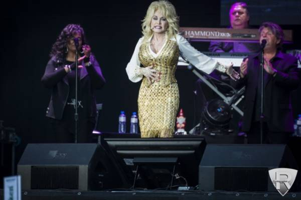 Dolly Parton in concerto per Moon and Stars  (inserita in galleria)