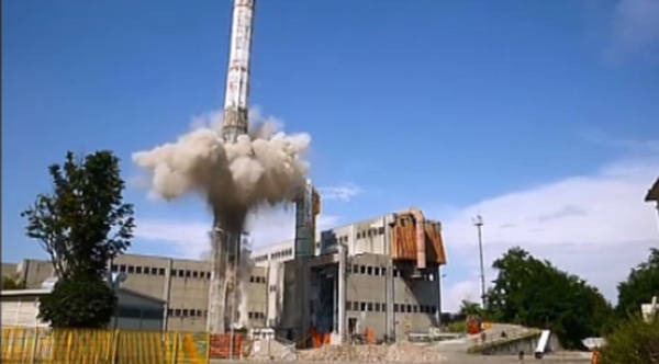 Esplosione controllata per la vecchia ciminiera Accam (inserita in galleria)