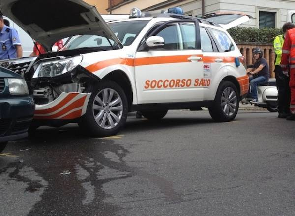 Incidente stradale, coinvolta un'automedica (inserita in galleria)