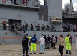 Lo sbarco dei migranti a Reggio Calabria (inserita in galleria)