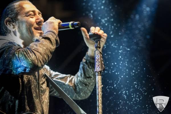 Luca Carboni in concerto sotto la pioggia (inserita in galleria)