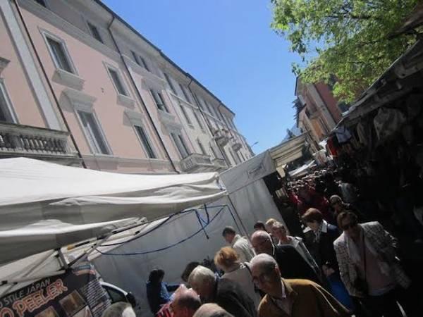 Tutti pazzi per il mercato di Luino (inserita in galleria)
