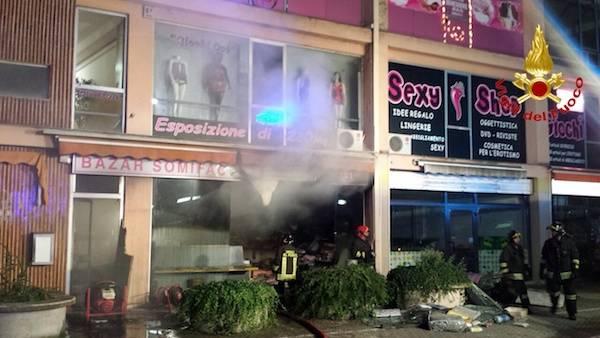 Incendio in un bazar sulla statale, vigili del fuoco al lavoro (inserita in galleria)