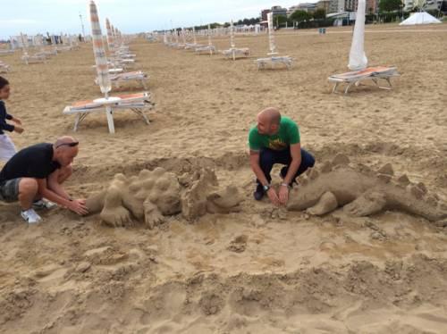 Scultori di sabbia gallaratesi in vacanza insieme