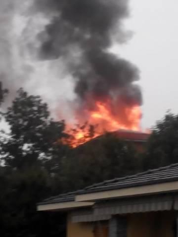 Un fulmine colpisce una casa, a fuoco il tetto (inserita in galleria)