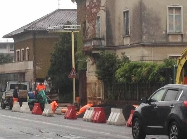 Viale Borri, si lavora anche sotto la pioggia (inserita in galleria)