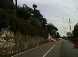 semaforo comerio statale crollo muro di cinta