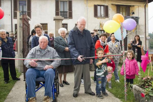 90 anni di differenza: nonno e bambino inaugurano l'asilo (inserita in galleria)