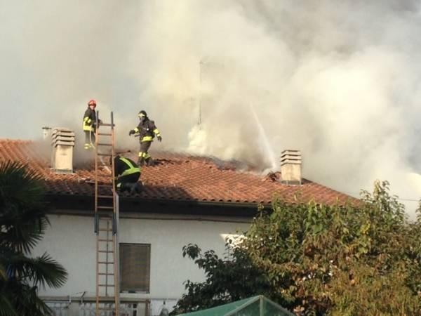 Abitazione in fiamme a Carnago (inserita in galleria)