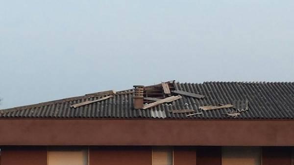 Amianto danneggiato sui tetti di Lonate (inserita in galleria)