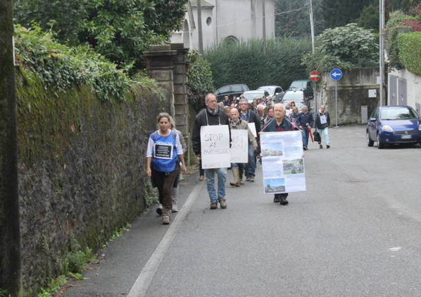 camminata comitato due punto zero cittadini contro parcheggio sacro monte