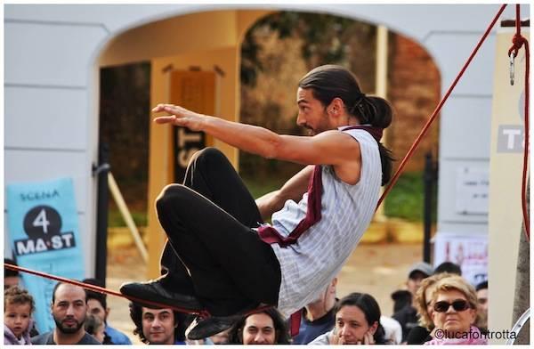 Mast, acrobati in piazza (inserita in galleria)