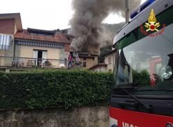 Palazzo in fiamme a Porto Ceresio (inserita in galleria)