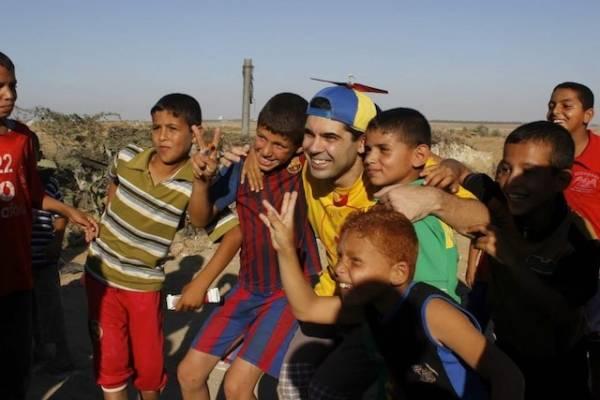 Un naso rosso tra le macerie di Gaza (inserita in galleria)