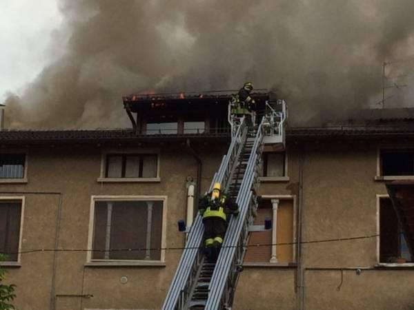 Vigili del fuoco in azione a Porto Ceresio (inserita in galleria)