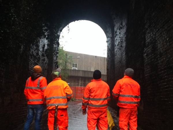 Crolla il muro di contenimento della ferrovia (inserita in galleria)