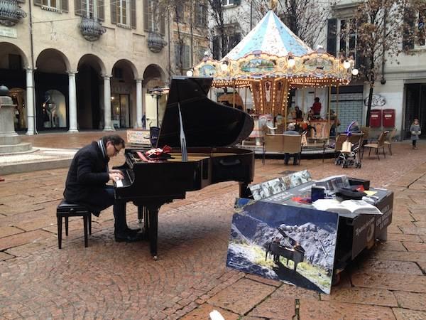 """""""Il pianista fuori posto"""" a Varese (inserita in galleria)"""