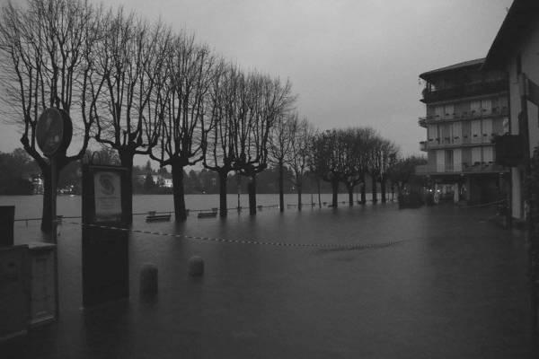 """Sesto Calende, il lago """"in piazza"""" (inserita in galleria)"""