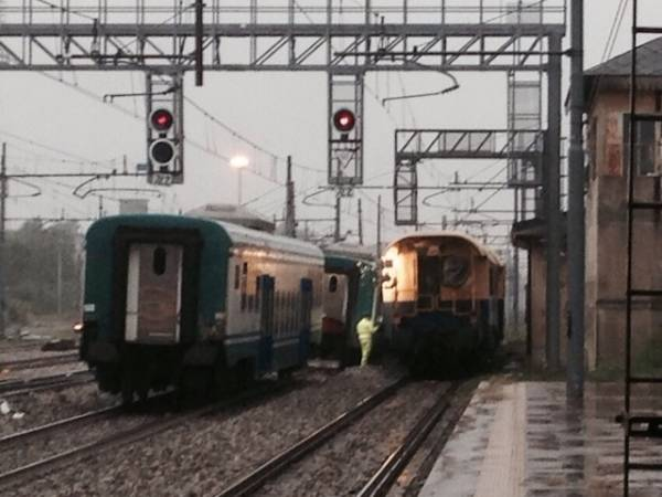 Treno deraglia alla stazione di Busto (inserita in galleria)