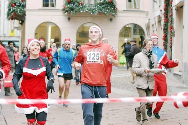 Babbo running, una corsa benefica in centro a Varese (inserita in galleria)