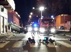 Auto distrugge semaforo, le foto (inserita in galleria)