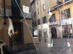 I vandalismi alle vetrine (inserita in galleria)