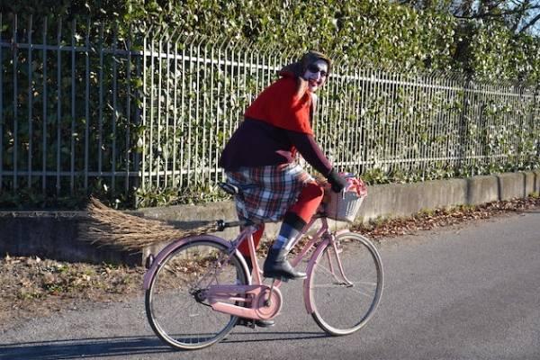 La befana arriva bicicletta  (inserita in galleria)