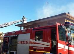 Tetto in fiamme a Porto Ceresio (inserita in galleria)