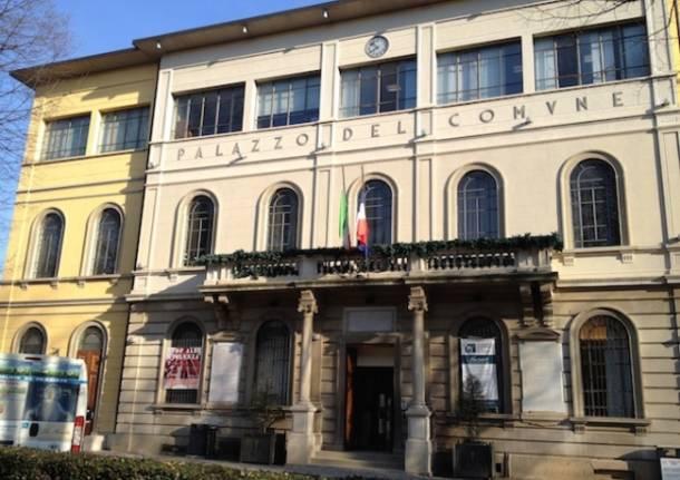 Tradate, bandiere a lutto in municipio (inserita in galleria)