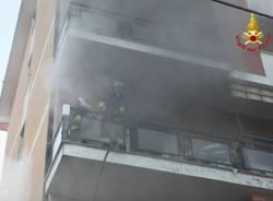 Incendio in una palazzina a Caronno (inserita in galleria)