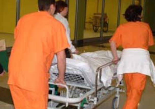 ospedale infermieri lettiga apertura