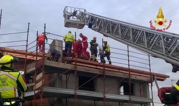 Soccorso sul tetto della casa in costruzione (inserita in galleria)