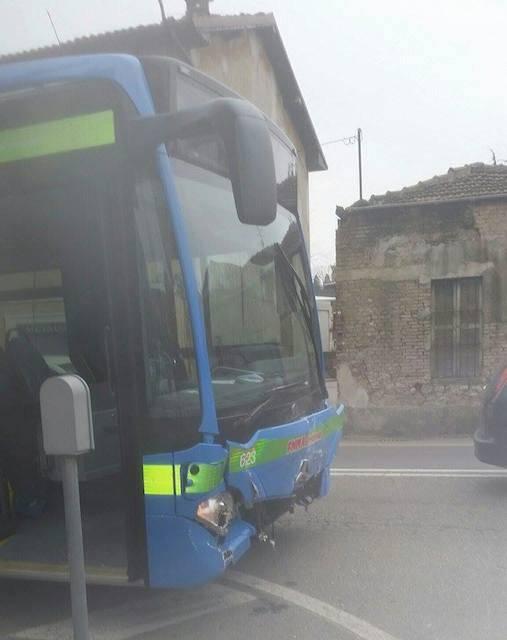 Auto contro pullman in viale Belforte