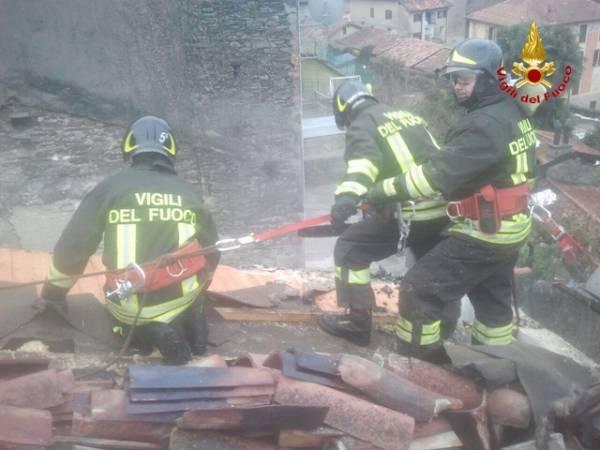 Rogo sul tetto, incendio domato  (inserita in galleria)