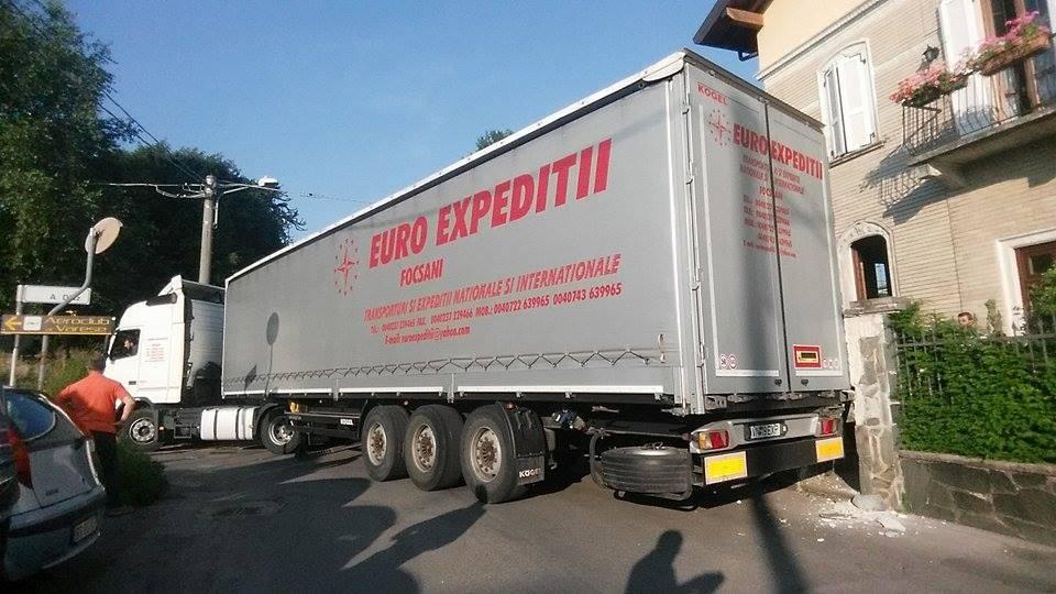 Camion incastrato in via Diaz a Venegono Inferiore