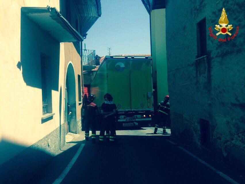 Camion incatrato a Bogno di Besozzo