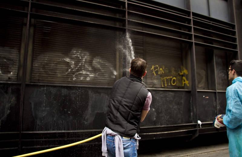 cittadini ripuliscono ferite milano